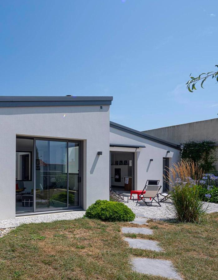 la bocaine vue extérieure maison plain pied grise